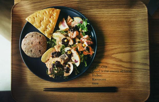 取材時には、鎌倉に店舗を持つ〈パタゴニア〉の食品コレクション〈PATAGONIA PROVISIONS〉と、鎌倉でフィンランドのパンを販売している〈ライ麦ハウスベーカリー〉によるプレートメニューが提供されていた。