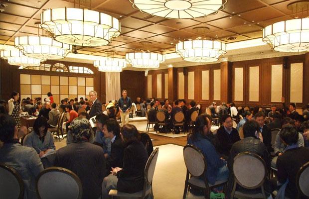 カヤックをはじめ鎌倉に拠点を置くIT企業の有志によってスタートしたカマコン。毎月行われる定例会では、市民たちがまちに関わるさまざまなプロジェクトのアイデアをプレゼンテーションしている。(写真提供:カマコン)