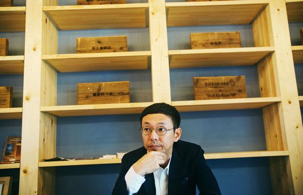 今年4月にオープンしたばかりのまちの社員食堂で取材に応じてくれた、カヤック代表の柳澤大輔さん。