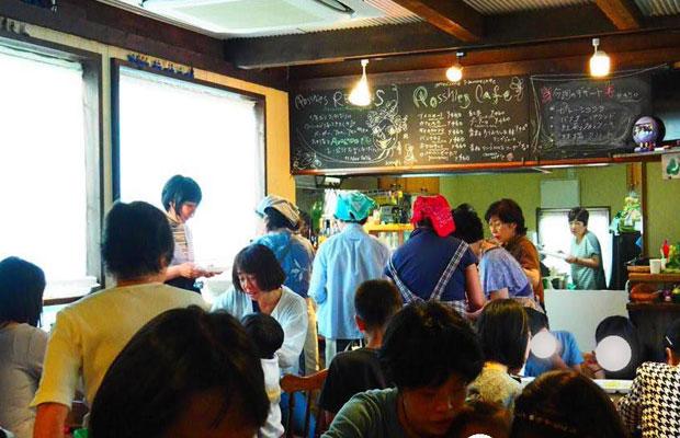 2017年、目覚ましい結果を残したプロジェクトとしてカマコンで表彰された〈ふらっとカフェ〉は、多世代が集って食事をする鎌倉市民による市民のためのカフェ。このほかにもカマコンへの参加を機に大きな一歩を踏み出すプロジェクトは少なくない。(写真提供:一般社団法人 ふらっとカフェ 鎌倉)