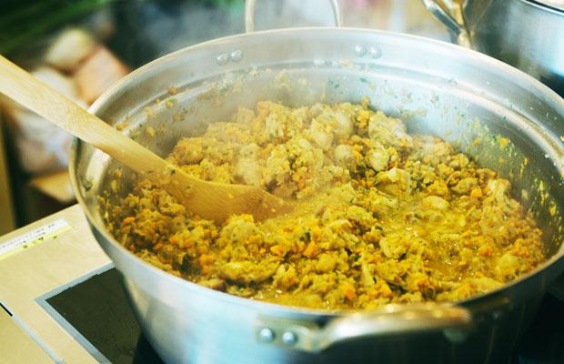 鎌倉の飲食店が週替りでレシピを提供する、まちの社員食堂。時には、人気店のオーナーがキッチンに立つことも。