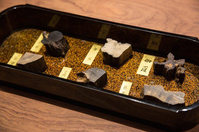 6種類の香木サンプルから、聞香に使う2種類を選べます。