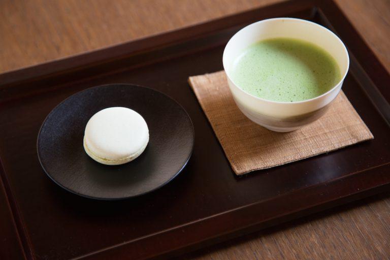お抹茶のガトーショコラ、スパイスのマカロンなど、季節ごとにお菓子は変わる。お茶は〈一保堂茶舗〉のもの。