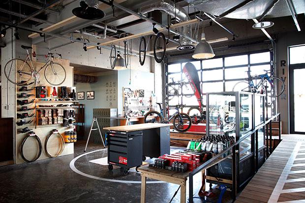 CAFEに併設する自転車ファクトリー。
