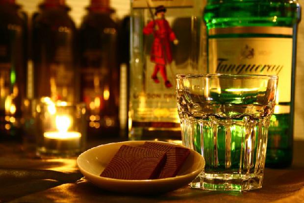 「香り」と「蒸留」という共通点を持つジンとボタニカルチョコレート。「天然の香りの心地よいマリアージュを楽しんでほしい」と社長の竹原さん。