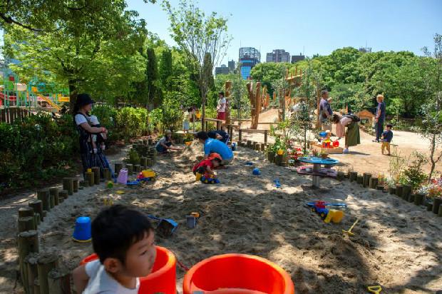 屋外エリアでは、0〜12歳までの子どもが遊具で遊びながら自然に、走る、跳ぶ、登る、ぶら下がる、バランスをとるなど、多様な動きが体験できます。