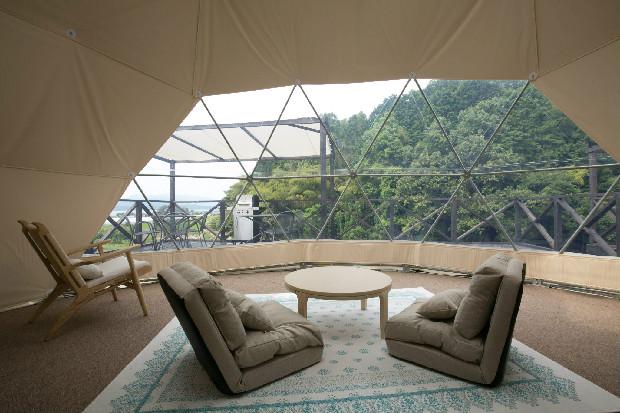 「ドームテント」の伊津部はスケルトン仕様で京都丹後の自然が望めます。