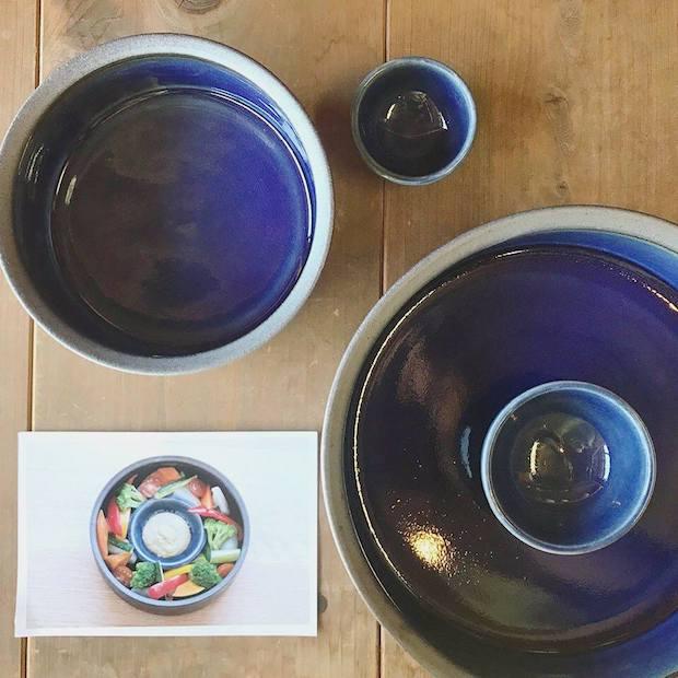 出西ブルーがきれいなドラ鉢。温野菜のまんなかにソースが入ったミニボウルを入れ、華やかな盛りつけを提案。