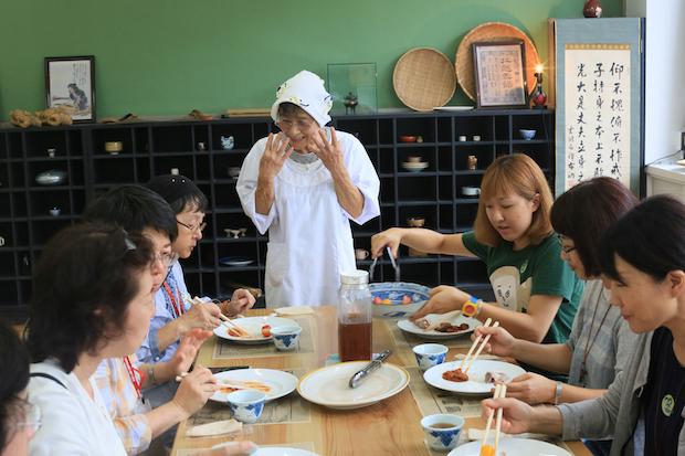 お芝居風レストラン「上郷クローブ座レストラン」。企画・料理を手がけるのはアーティストのEAT & ART TARO。