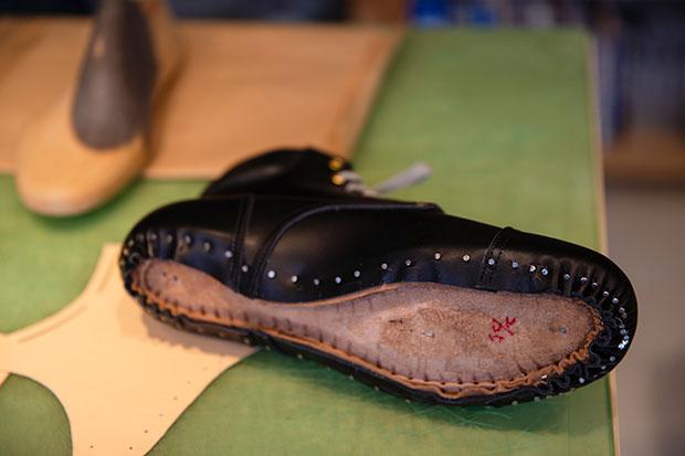 底を縫い合わせる前のブーツ。最近はステッチが入っていても、接着剤でくっつけているものがほとんどなのだとか。