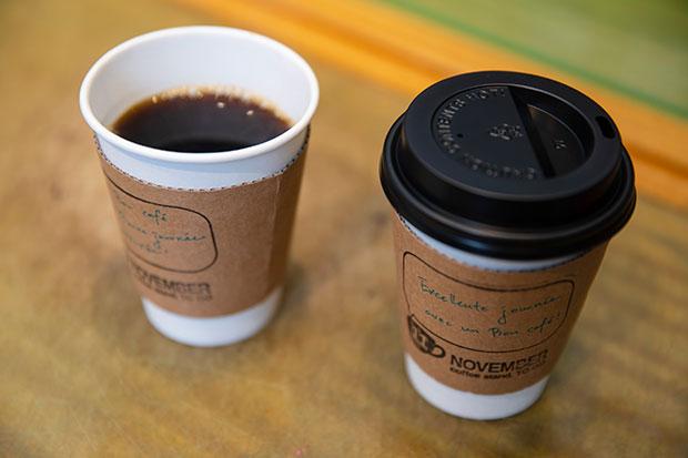 ハンドドリップで丁寧に淹れる〈NOVEMBER COFFEE〉のコーヒー。実家が喫茶店を営んでいる石丸さんと、東京・神保町の純喫茶で働いていたことのある加奈子さん。夫婦そろってコーヒー通。