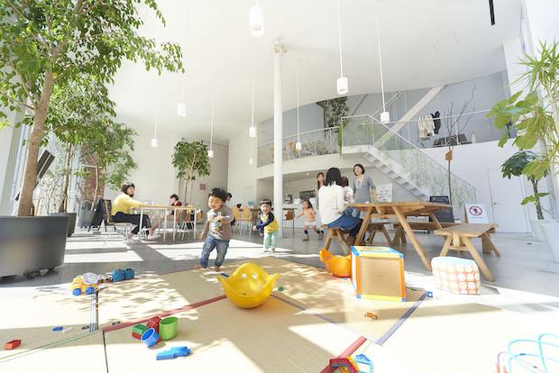 〈SHIBAURA HOUSE〉2011年に竣工した建物の設計を手がけたのは、世界で活躍する建築家・妹島和世氏さん(SANAA)。ガラス張りの建物は内部の活動が外から見えるようにデザインされています。