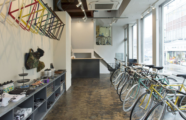 尾道のまちなかにある〈BETTER BICYCLES〉の店舗内。