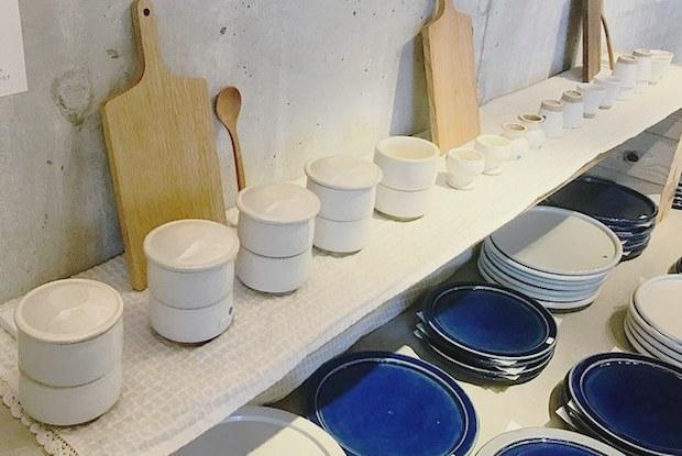 2018年7月に開催された〈パンのある食卓展〉の様子。限定品のプレート皿やミニお重が並びました。