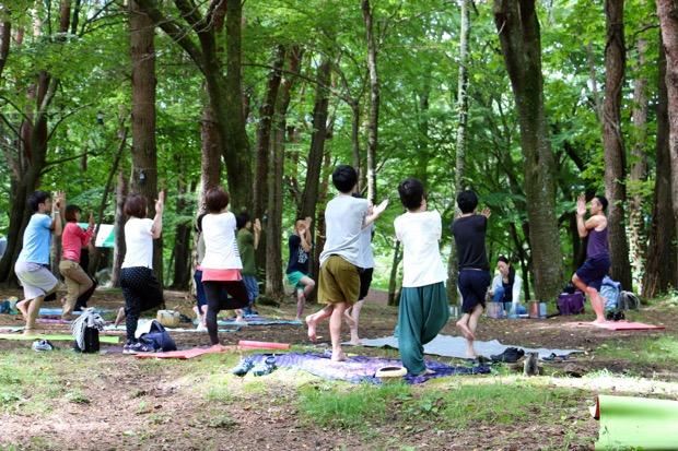 映画祭の朝には、森の中でヨガも行われます