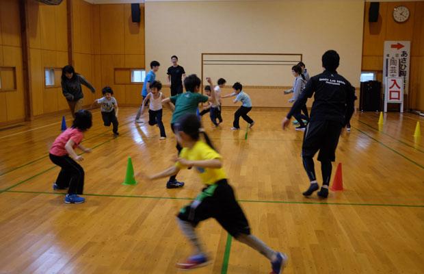 5月のワークショップは、ドイツ発祥のボール運動プログラム「バルシューレ」。地元に住み〈スポーツ ライフ デザイン いわみざわ〉というスポーツクラブを運営する辻本智也さんをゲストに招いた企画。