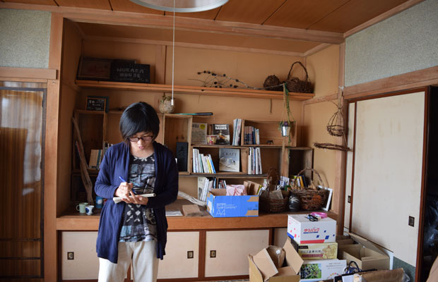 展覧会にそなえて、作家の出品作をチェックしたり、展示什器をつくったり。大忙しの吉崎さん。