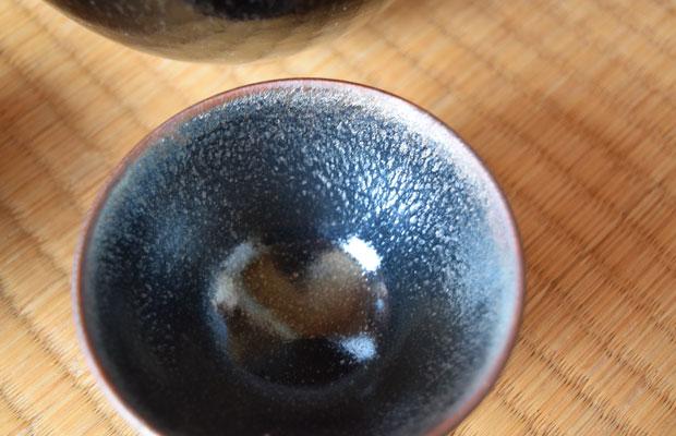 塚本さんの器は独特の質感が特徴。世界に3つしかない曜変天目茶碗の輝きを再現しようと試行錯誤を続けた陶芸家だ。