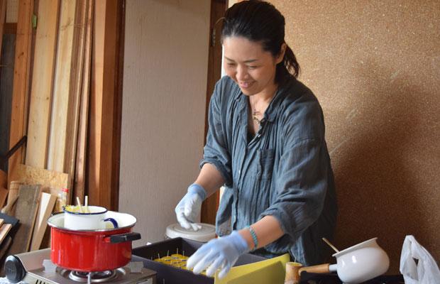 東井さんは、吉崎さんと一緒にキャンドルの制作に励む。
