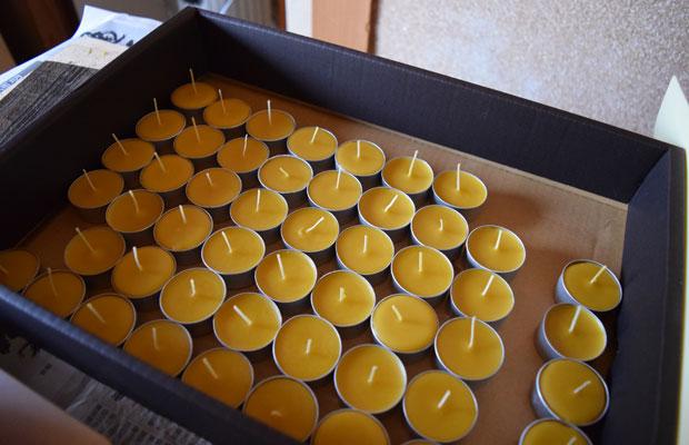蜜蝋をくだいて不純物を取り除き、キレイに型に流し込むのはなかなか手間のかかる作業。