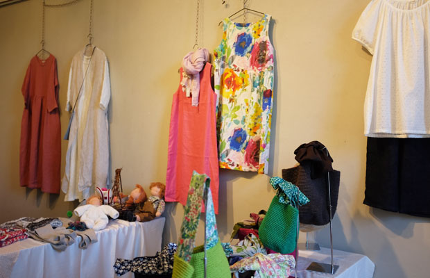 大阪にショップを構える〈atelier BonBon〉。リネンなど天然素材を使った手づくりの洋服屋さん。