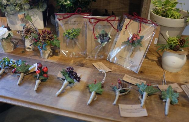 上美流渡にある花屋さん〈Kangaroo Factory〉も昨年に続き参加。写真は新作のミニブローチ。