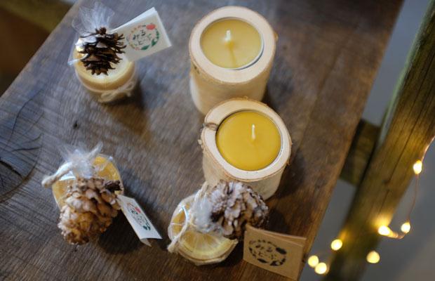 メンバーでインテリアデザイナーの吉崎祐季さんと〈東井果樹園〉の東井永里さんがつくった蜜蝋キャンドル。