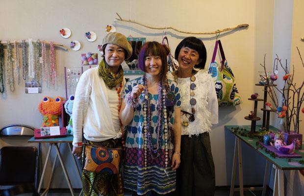 『北にあつまる手しごと展』に参加したクリエイターのみなさん。右は、アクセサリーデザイナーで札幌市資料館での展示の発案者・岩切エミさん。中央は〈Chico〉というブランド名でフェルト小物やアクセサリーをつくるよしえさん。左は、アフリカ布〈Bag Q.E.〉の吉田雅子さん。