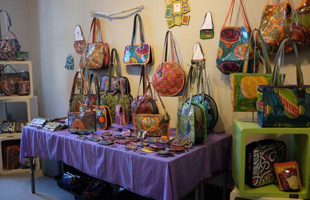 アフリカ布Bag Q.E.の展示。西アフリカの布を使ったこだわりのあるバッグを制作。