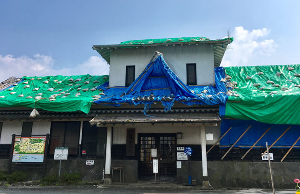 温泉の併設されていた「阿蘇下田城ふれあい温泉駅」。地震後2年経ってもビニールシートがかけられたまま営業はしていません。