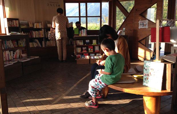 子どもたちと一緒に図鑑を見たり。
