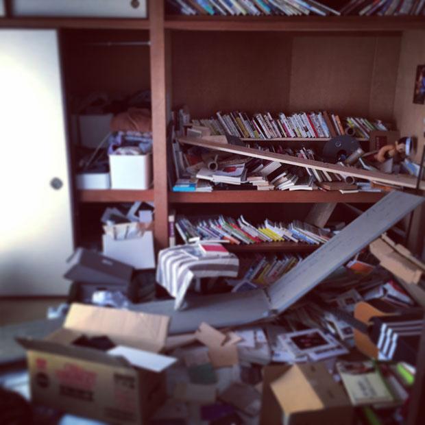 地震後の自宅にて。天井も外れ、本が散乱していた。