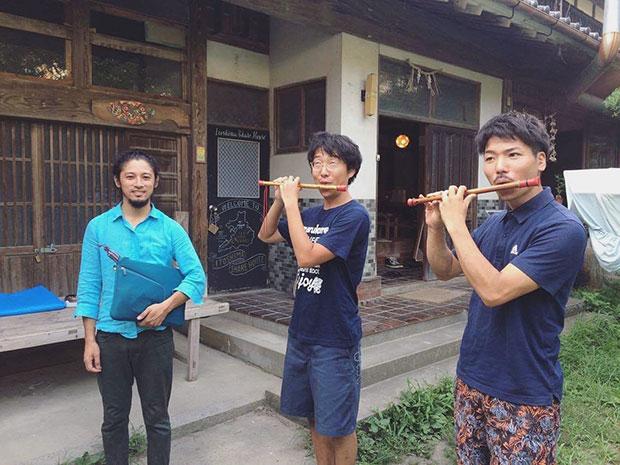 集落で行われる盆踊りの、笛の練習。