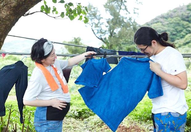 2016年に妻も臨月差しかかるかというタイミングで、奄美大島へ。藍染めが体験できる金井工芸さんで、生まれてくる娘とお揃いの染物ティシャツをつくったり。