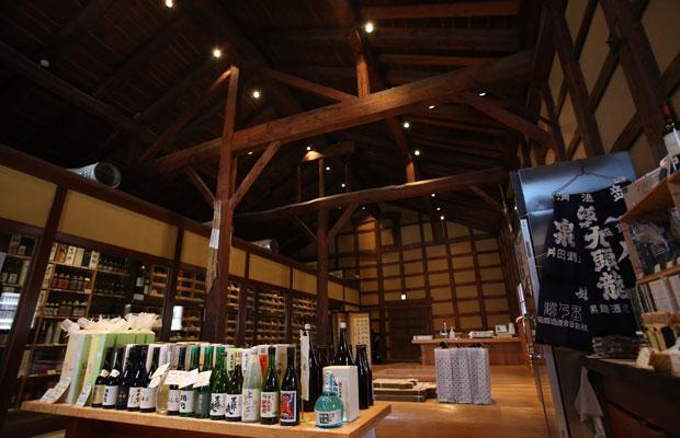 田尻本店の店内。空間のおよそ半分を室温13度に保った巨大セラーが占める。