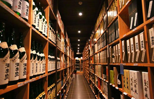 田尻本店のセラー。桝田酒造店の清酒〈満寿泉〉が並ぶ。