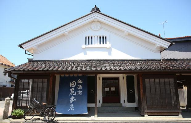 名家の土蔵群を改修した建物。〈酒商田尻本店〉のほかレストラン、アトリエが入る。