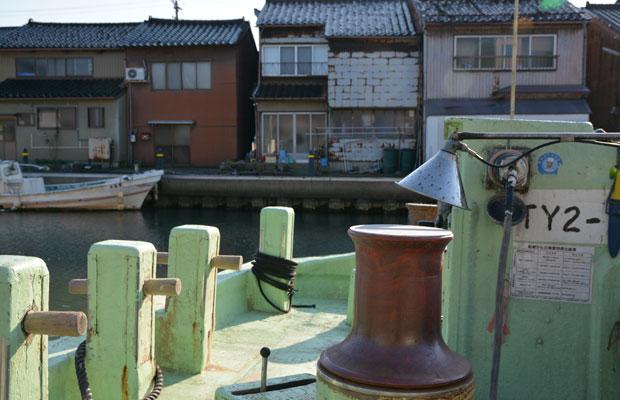 富山県射水市新湊内川地区の水辺。
