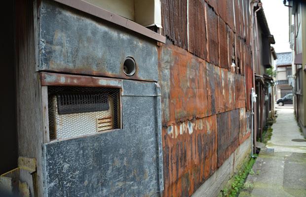 このエリアには細い路地が多い。錆びたトタンの外壁がレトロな味わいを醸し出す。