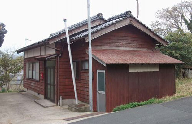 桃山ノイエのビフォー。所有者のおばあちゃんからは「空き家を持っているだけで気持ちが重いから、早く手放したい」との話を聞きました。