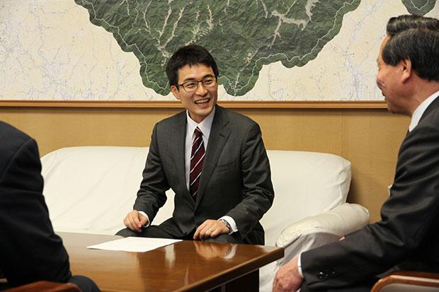 辞令交付式。木村さん(左)と大西倉雄・長門市長(右)。