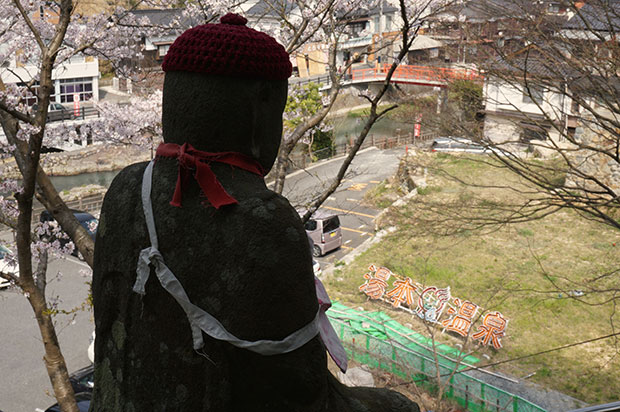 温泉街を見守る住吉神社参道のお地蔵様。