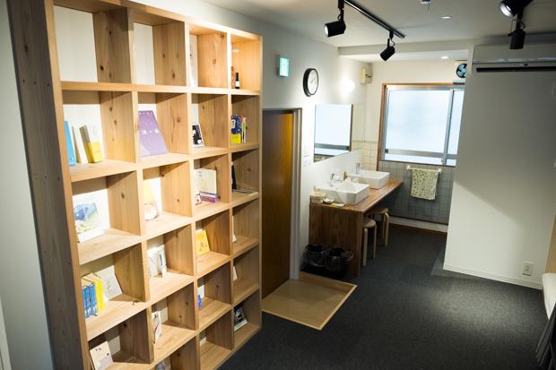 「TOMARIGIライブラリー」と名付けられた本棚には、〈TOMARIGI〉に関わる人々がセレクトした本が置いてあります。