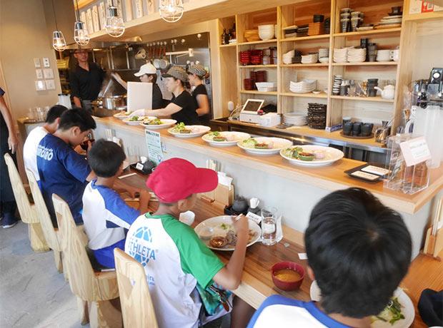 〈駅前嵐山食堂〉での子ども食堂の様子。