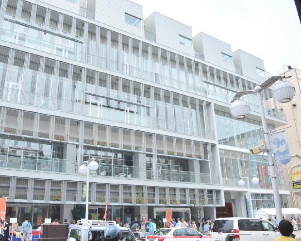 〈八戸ポータルミュージアム はっち〉は、〈マチニワ〉の向かいにある。