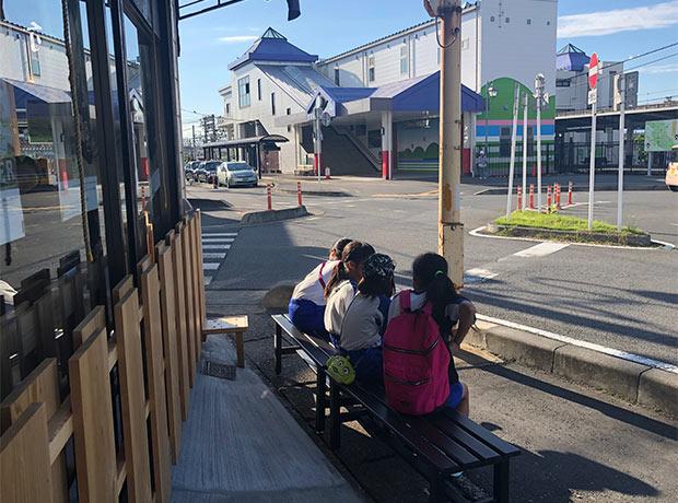 〈駅前嵐山食堂〉に集まる子どもたち