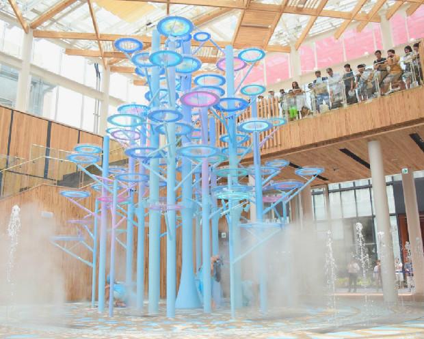 「水の樹」上部からの水だけでなく、床面からのミストや噴水も。