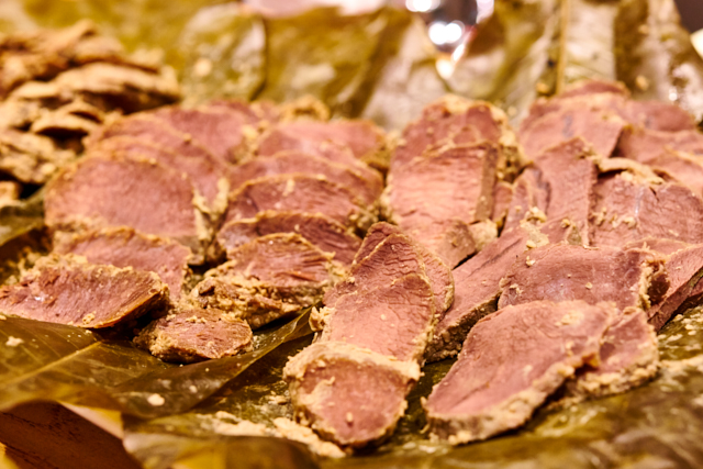 イノシシ肉の甘酒朴葉蒸し。甘酒ももちろん中条でつくられたもの。