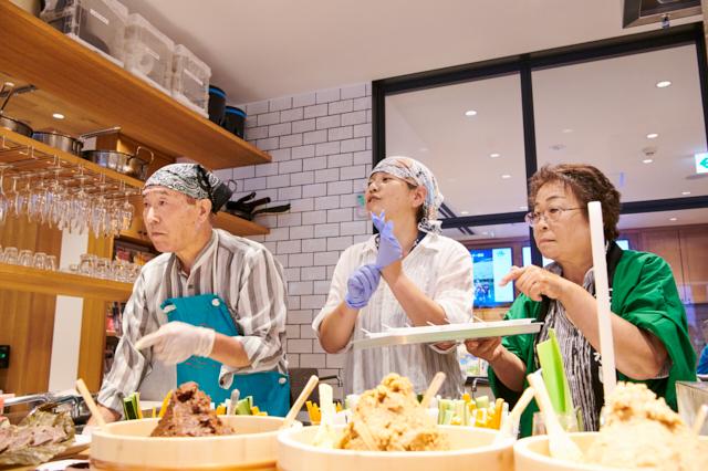 長野市いのしか対策課の傍島さん(中央)。地元の方々もお手伝い。