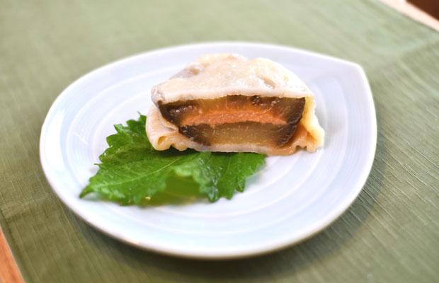 長野の北部地域ならではの丸なすのおやき。素材を丸ごとスライスして味つけした味噌を挟むのがスタンダード。